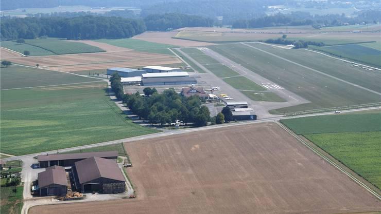Die Flugplatzstrasse zwischen Bauernhof und Flugplatz Birrfeld wird saniert. MHU