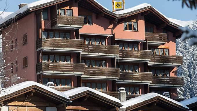 """Das Asylzentrum """"Rustico"""" in Laax in Bündner Oberland (Archivbild) bleibt. Geschlossen werden in Graubünden Zentren in Schluein, Splügen und Valchava."""