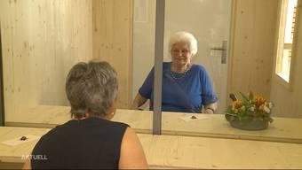 Im Alterszenrum in Bettlach gibt es ab sofort eine sogenannte Besucherbox. Die Kabine besteht aus Holz und einer Glaswand. Die Bewohnerinnen und Bewohner können so unter Einhaltung der Corona-Massnahmen endlich wieder Gäste empfangen.