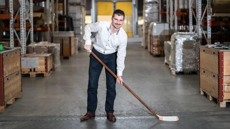 Unternehmer und EHCO-Verwaltungsrat: Der 30-jährige Yannick Erb mit Eishockeyschläger im Hochregallager seiner Alufolien-Firma Korff AG in Oberbipp.Mario Heller