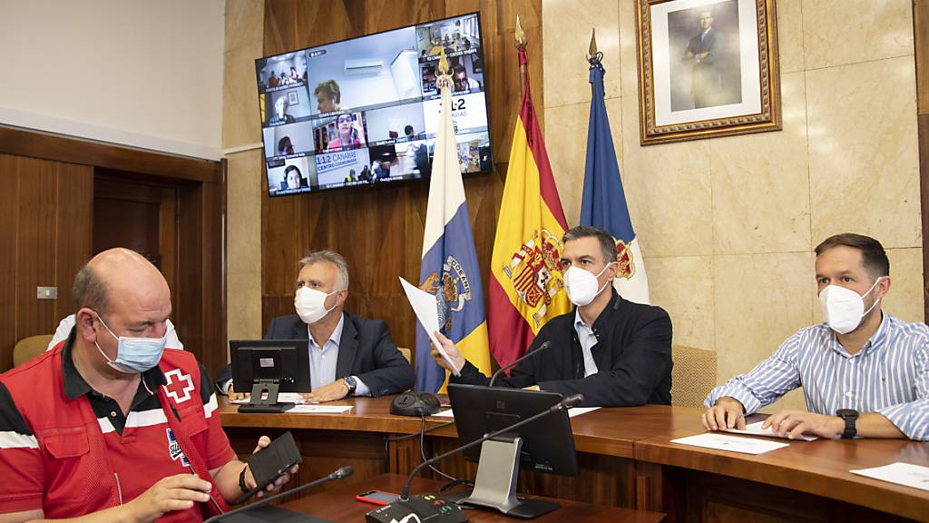 Angel Victor Torres (l-r), Ministerpräsident der Kanarischen Inseln, Pedro Sanchez, Ministerpräsident von Spanien, und Mariano Hernandez, Präsident der Inselregierung von La Palma, bei einem Treffen auf La Palma. Foto: Europa Press/EUROPA PRESS/dpa
