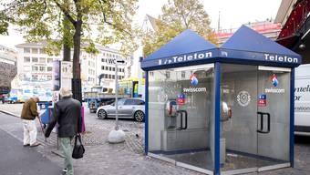 Mögliche bisexuelle Bundspitze: Bis Mai baut die Swisscom in beiden Basel ALLE ihre Telefonkabinen ab. Auch die am Bahnhof. Auch den Türkentempel am Barfi. Dafür richtet die APG in den glasigen Rundkabinen, die ihr gehören, Gratis-Telefone ein. Telefonkabine am Barfi