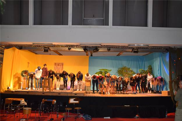 Mit einer letzten Verbeugung verabschieden sich die Schülerinnen und Schüler nicht nur von den Besuchern, sondern auch von der Bezirksschule.