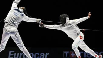 Max Heinzer, from Switzerland, right, competes against Bas Verwijlen, from the Netherlands, left, during the men's individual epee 1/16th final at the European Fencing Championships in Montreux, Switzerland, Sunday, June 7, 2015. (KEYSTONE/Valentin Flauraud)