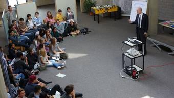 Thomas Skipwith erklärt den Schülerinnen und Schülern, was es bei einem Vorstellungsgespräch zu beachten gilt.
