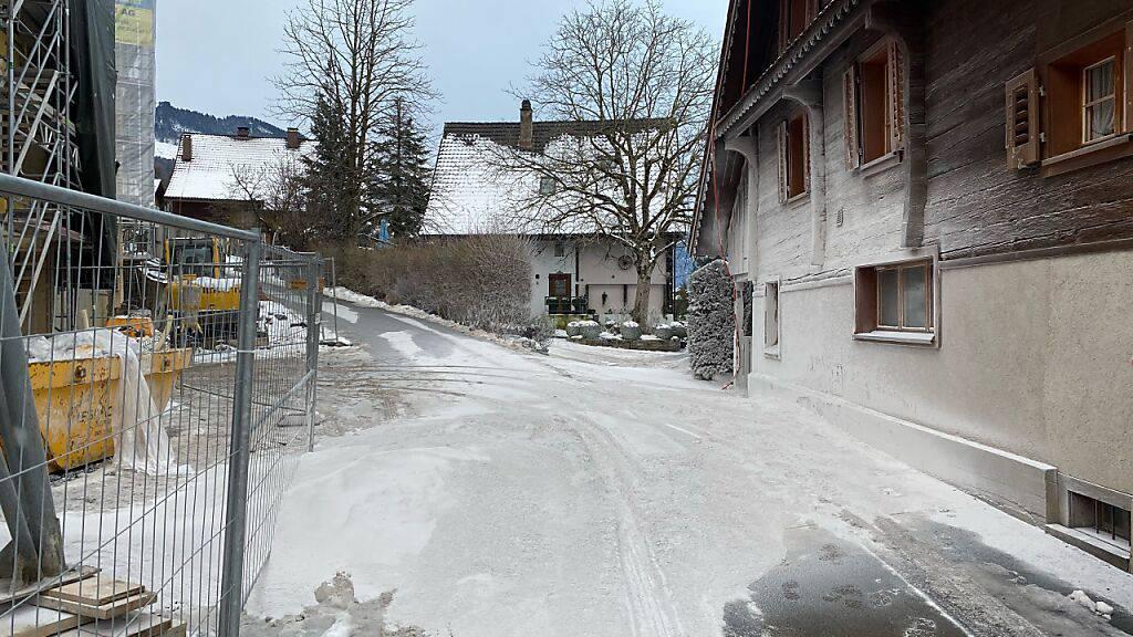 Gips tritt aus und «schneit» Umgebung einer Baustelle ein