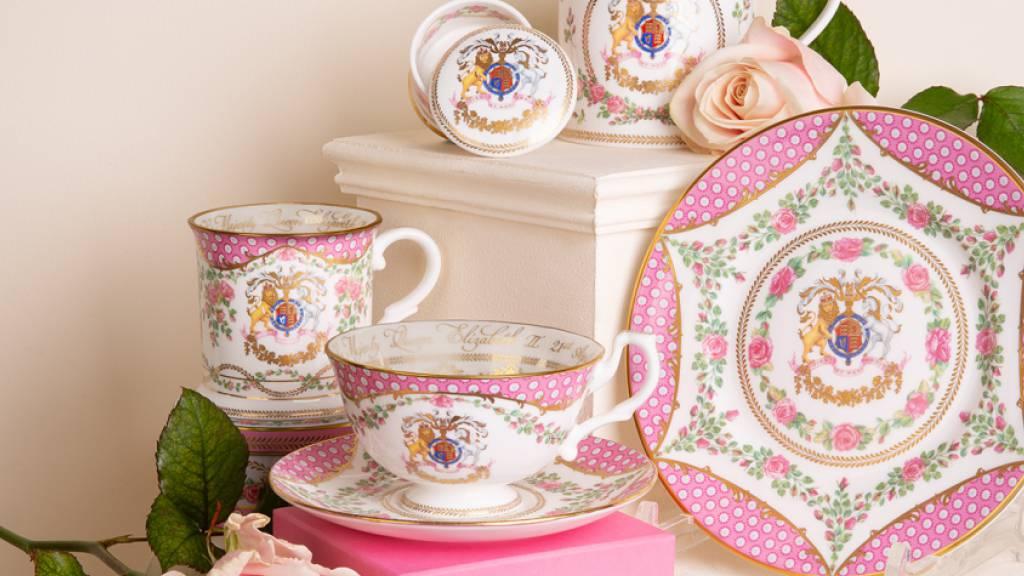 HANDOUT - Das offizielle Porzellanservice zum 95. Geburtstag der Queen. Foto: Royal Collection Trust/PA Media/dpa - ACHTUNG: Nur zur redaktionellen Verwendung im Zusammenhang mit der aktuellen Berichterstattung und nur mit vollständiger Nennung des vorstehenden Credits