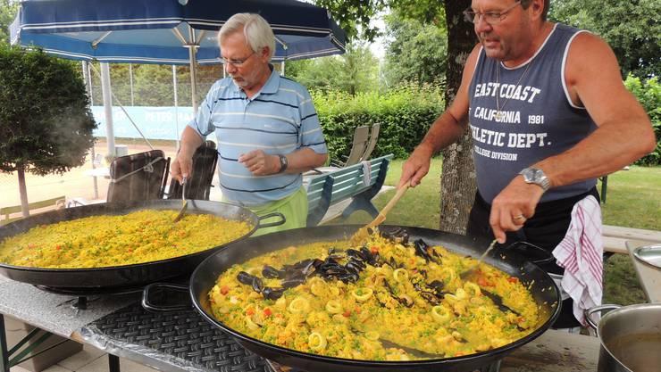 Köche bei der Zubereitung der Paella