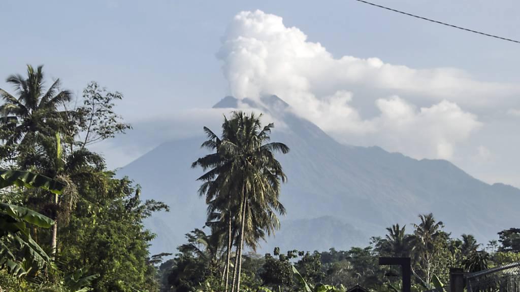 Vulkan Merapi auf Java spuckt Asche und Gestein aus