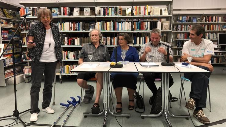 Buchautorin Erica Brühlmann-Jecklin mit den Verdingkindern René Schüpbach, Vreni Gartmann, Dölf Bachmann und Kurt Beer (v.l.).