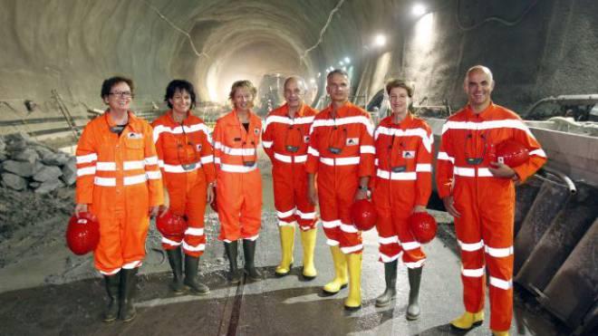 Doris Leuthard, Eveline Widmer-Schlumpf, Ueli Maurer, Didier Burkhalter, Simonetta Sommaruga und Alain Berset im Neat-Tunnel. Foto: Keystone