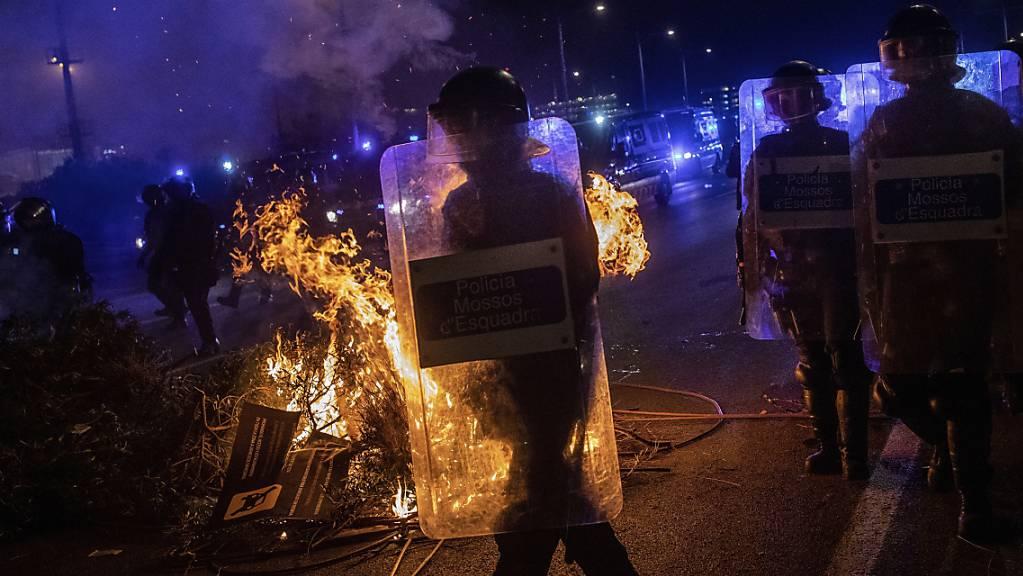 Brennende Strassenbarrikade auf der Zufahrt zum Flughafen von Barcelona.