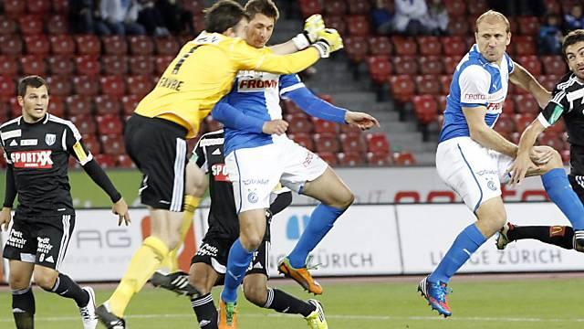 Lausanne-Goalie Favre (l.) und Hopper Vilotic stossen zusammen.