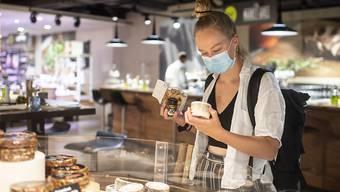 Die Maskenpflicht in Zürcher Läden ist laut dem kantonalen Verwaltungsgericht rechtlich absolut legitimiert. (Archivbild)