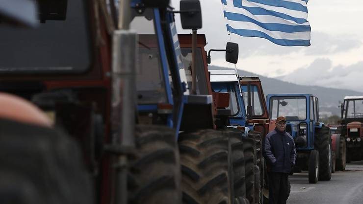 Seit über zwei Wochen protestieren griechische Bauern gegen die Rentenreform, in dem sie mit ihren Traktoren Strassen blockieren. (Archiv)