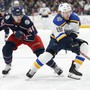 Columbus' Dean Kukan (links) im Duell mit Robert Thomas von den St. Louis Blues