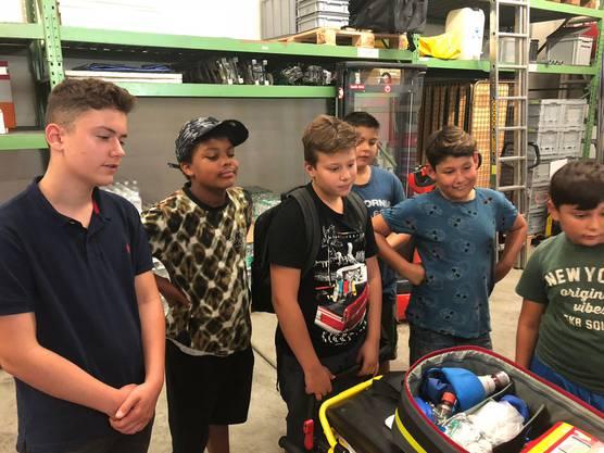 Die Jungen lernten neben den Fahrzeugen auch die kleinen Bestandteile der Ausrüstung kennen.