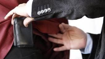 Der Taschendieb schlug an der Langstrasse zu, wurde aber beobachtet. (Symbolbild).