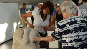 Das Publikum bestaunt die ausgestellten Figuren im Laufenburger Rehmann-Museum.