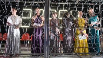 Europa zieht die Grenzzäune hoch: Szene aus Nicolas Stemanns «Die Schutzbefohlenen», dem prägenden Eröffnungsstück des Theatertreffens.krafft angerer