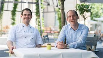 Freuen sich über den guten Start des neuen Konzepts: die «Einstein»-Chefs Mario Nötzli (l.) und Martin Ries. Im Hintergrund der «Einstein-Platz» mit Gartenwirtschaft.