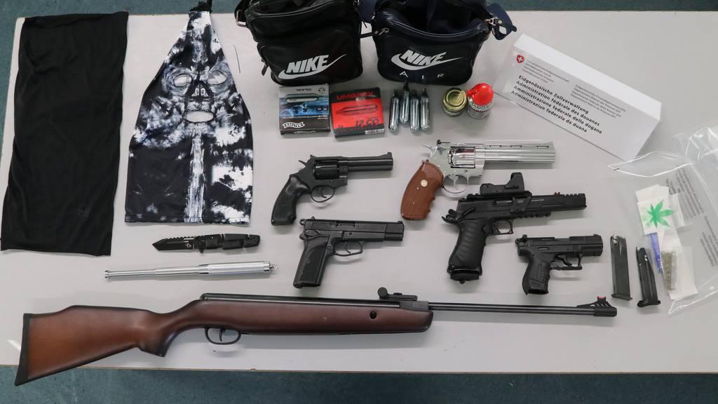 Waffen und Drogen im Gepäck