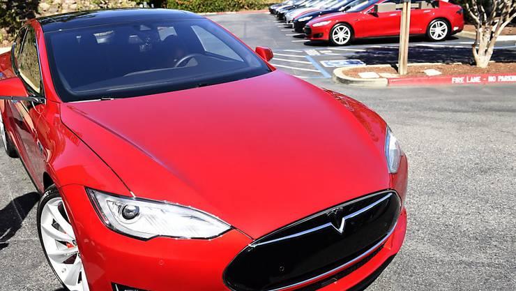 """Rund 25'000 Tesla-""""Model S""""-Autos werden nach einem tödlichen Unfall unter die Lupe genommen. (Symbolbild)"""