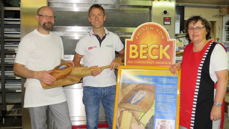 Der OK-Präsident Emanuel Hüsler freut sich mit dem Bäckerehepaar Anton und Vreni Kuratli über die gelungene Brotkreation.