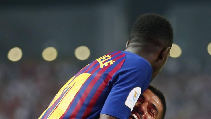 Torschütze Ousmane Dembélé (oben) feiert mit Luis Suarez Barcelonas Siegestor