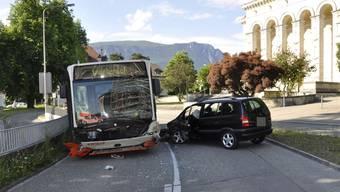 Auto kracht mit BSU-Linienbus zusammen