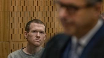 Brenton Tarrant (l), Attentäter von Christchurch, sitzt im Gerichtssaal im High Court. Eineinhalb Jahre nach den blutigen Anschlägen auf zwei Moscheen im neuseeländischen Christchurch ist der Attentäter Tarrant zu einer lebenslangen Haftstrafe verurteilt worden. Foto: John Kirk-Anderson/POOL The Press/dpa