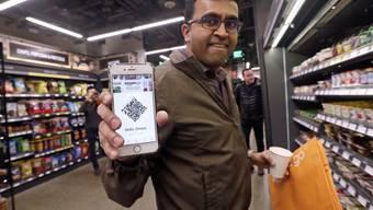 Mit Kameras, Sensoren und künstlicher Intelligenz werden die Warenbewegungen überwacht. Die Produkte werden so automatisch zum virtuellen Einkaufskorb auf dem Amazon-Konto des Kunden hinzugefügt, wenn er sie aus dem Regal nimmt.
