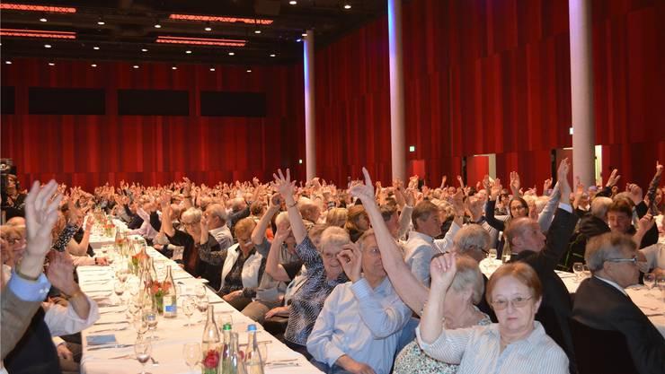 Die Genossenschafterinnen und Genossenschafter der Raiffeisenbank Wasserschloss stimmen ab. Irene Hung-König