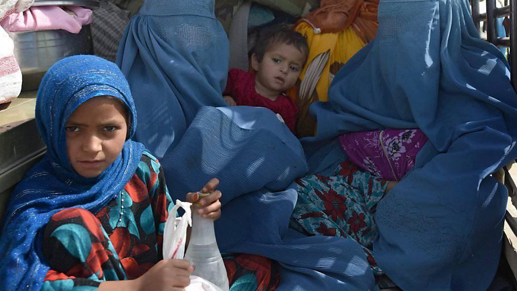 Frauen und Kinder fliehen mit ihrem Hab und Gut aus den umkämpften Gemeinden im Osten Afghanistans.