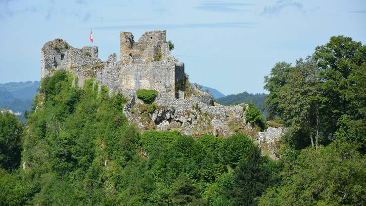 Die Alt-Bechburg, seit 1713 eine Ruine, vom Wanderweg von der Schlosshöchi kommend aufgenommen.
