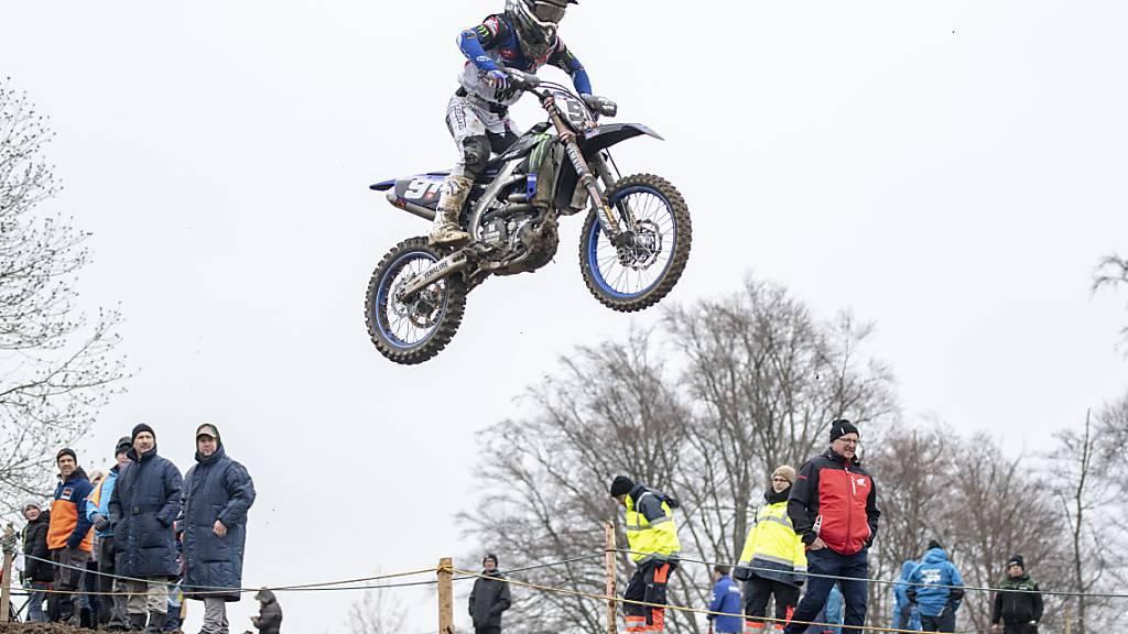 Der Schweizer Motocross Rennfahrer Jeremy Seewer fliegt spektakulär durch die Lüfte. (Archivaufnahme)