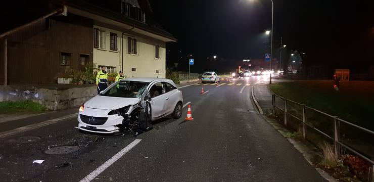 In an accident between a car and a semi-trailer on Thursday morning, at 5 o'clock, a man was slightly injured. Both cars suffered serious damage. The 25-year-old Opel driver was heading for Beromünster when he was met by a semi-trailer with a trailer. As a result, the car bounced off the trailer axle.