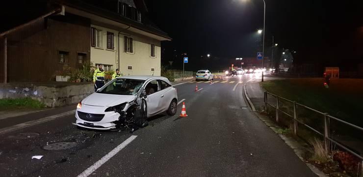 Bei einem Unfall zwischen einem Auto und einem Sattelzug ist am Donnerstagmorgen, um 5 Uhr, eine Person leicht verletzt worden. An beiden Fahrzeugen entstand grosser Sachschaden. Ein 25-jähriger Opel-Fahrer war in Richtung Beromünster unterwegs, als ihm ein Sattelschlepper mit Anhänger entgegenkam. In der Folge prallte das Auto gegen die Achse des Aufliegers