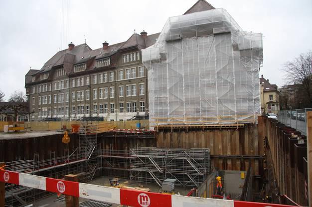 Die Baugrube schränkt auch den Pausenplatz des Schulhauses ein.