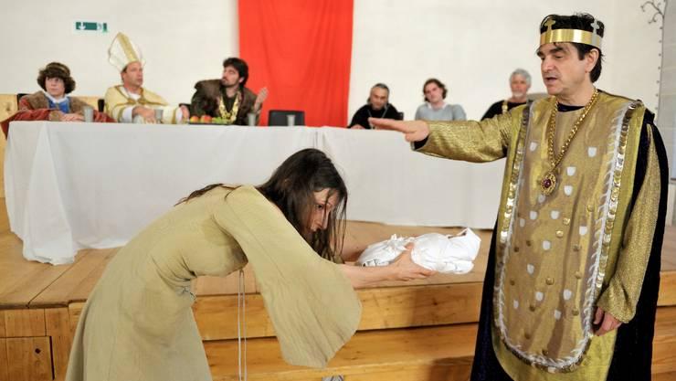 """Szene aus der Probe von """" Koenig Rudolf ruft den Maechtigen """", mit Valerie Cuenod und Gilles Tschudi, Lenzburg, 12. Juli 2010"""