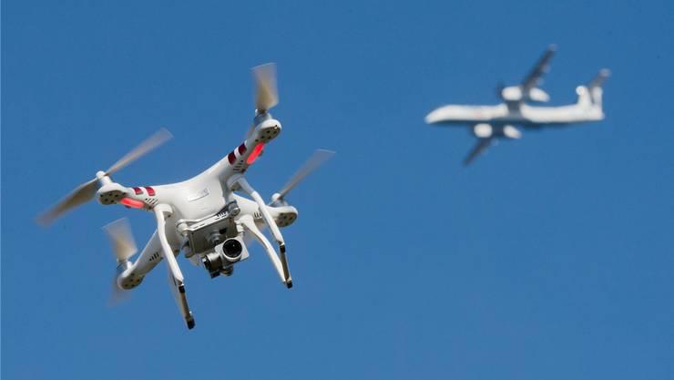 Eine Sicherheitsanalyse soll klären, ob in Dübendorf für das WEF eine Drohnenabwehr-Anlage benötigt wird. Symbolbild: Keystone