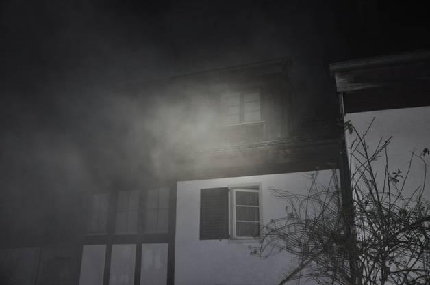 Nach einem Brand in einem Mehrfamilienhaus ist in der Nacht auf Sonntag in Himmelried SO eine Person tot aufgefunden worden. Der Mieter einer zweiten Wohnung konnte rechtzeitig evakuiert worden. Die Brandursache ist noch unklar.