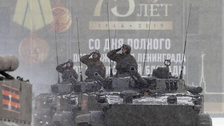 Im Schneegestöber hat in St. Petersburg am Sonntag eine Militärparade stattgefunden, die an das Ende der deutschen Belagerung im Zweiten Weltkrieg vor 75 Jahren erinnern soll.