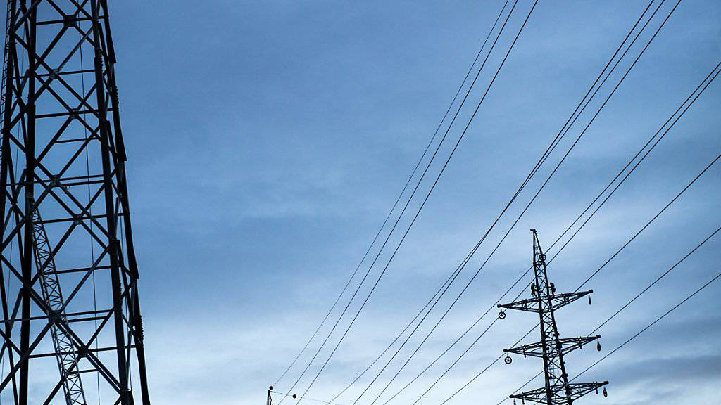 Auch das Stromnetz will unterhalten werden. Dafür und für andere Dienstleistungen im Übertragungsnetz zahlen Stromkunden einen Tarif an die Netzbetreiberin Swissgrid. 2018 sinken die Tarife deutlich. (Archivbild)
