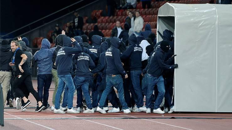Ausser Kontrolle: Vermummte FCZ-Fans stürmen ins Innere des Letzigrunds.