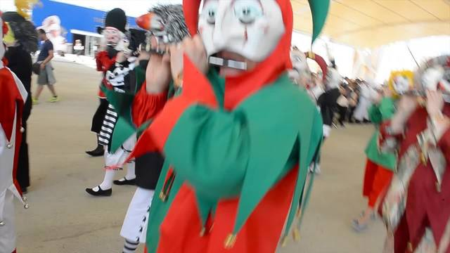 Farbenfroher Umzug am Schweizer Expo-Tag