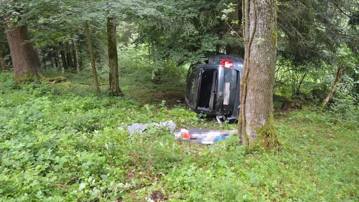 Das Auto kam auf der Seite liegend zum Stillstand...