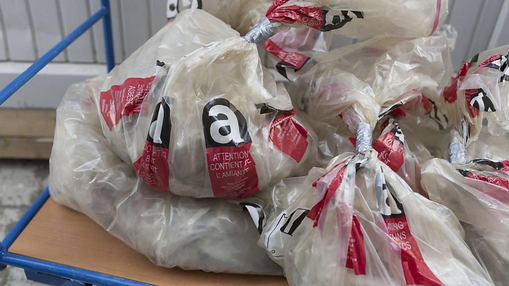 Die Entsorgung von asbesthaltigen Materialien lässt im Tessin häufig zu wünschen übrig. (Symbolbild)
