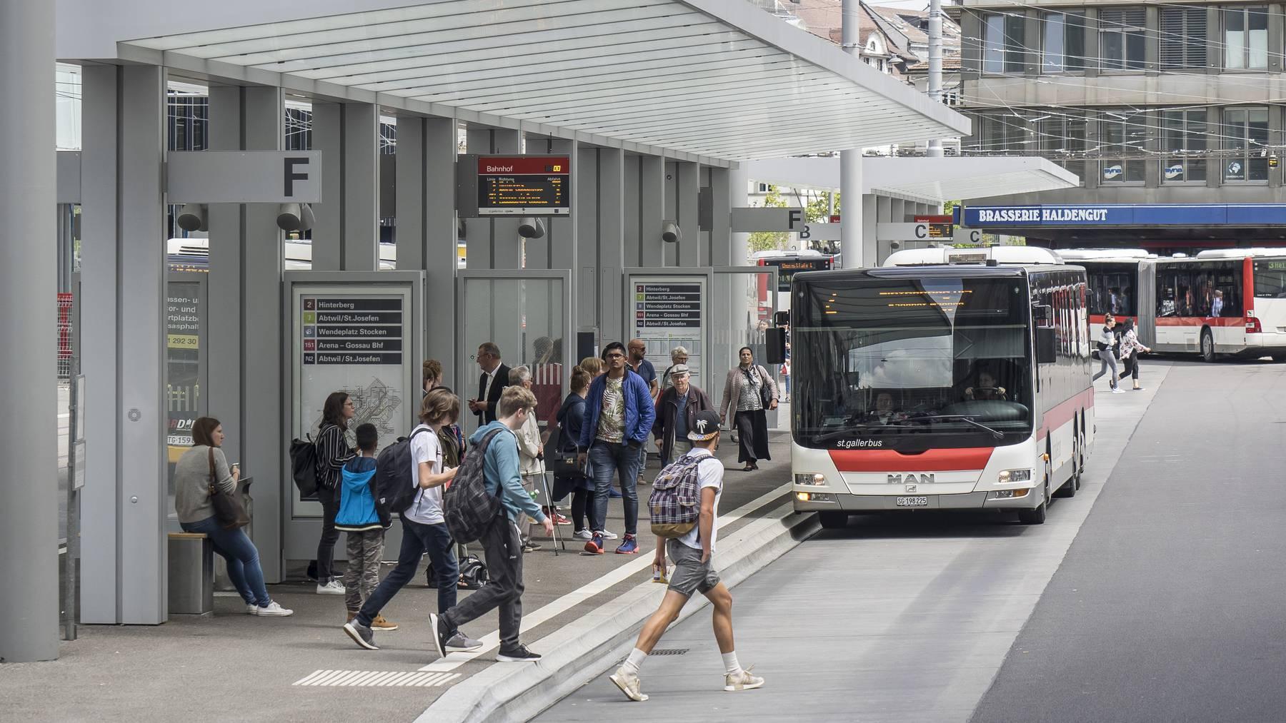 Gerade mal 100 von 1300 Bushaltestellen im Kanton St.Gallen sind behindertengerecht.