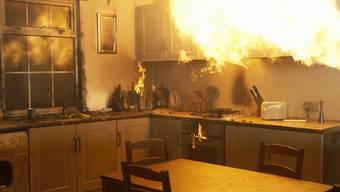 Am Dienstagmittag hat es in Fislisbach in der Küche eines Altbaus gebrannt. Gleichentags geriet in Aarburg eine Pfanne mit Öl in Brand. (Symbolbild)